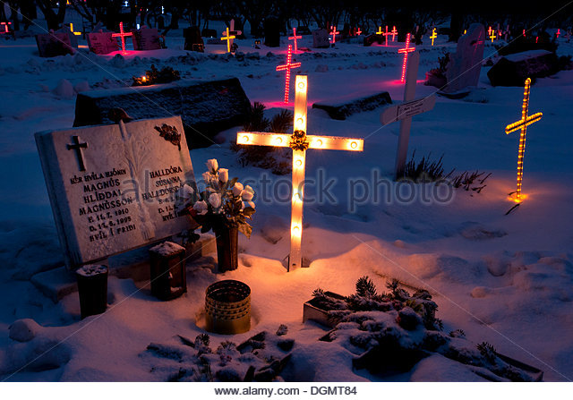illuminated-gravestones-on-the-graveyard-at-lgafellskirkja-church-dgmt84